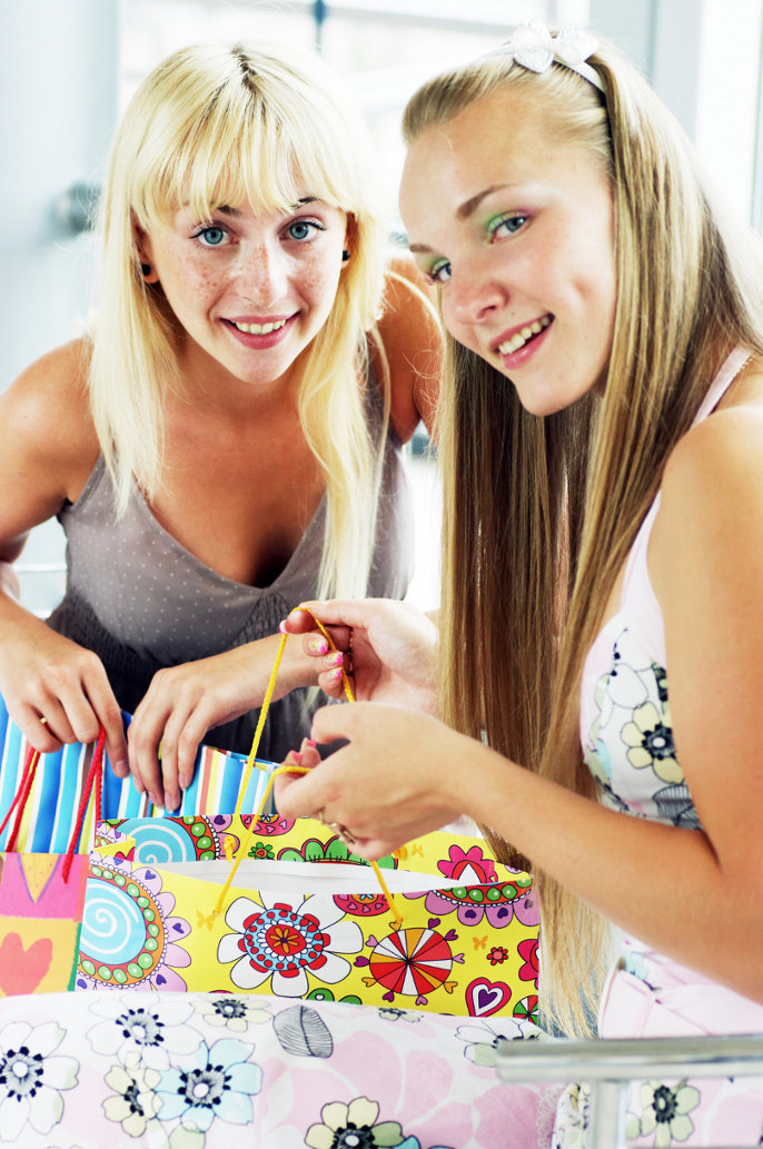 Foto Dos Mujeres comprando
