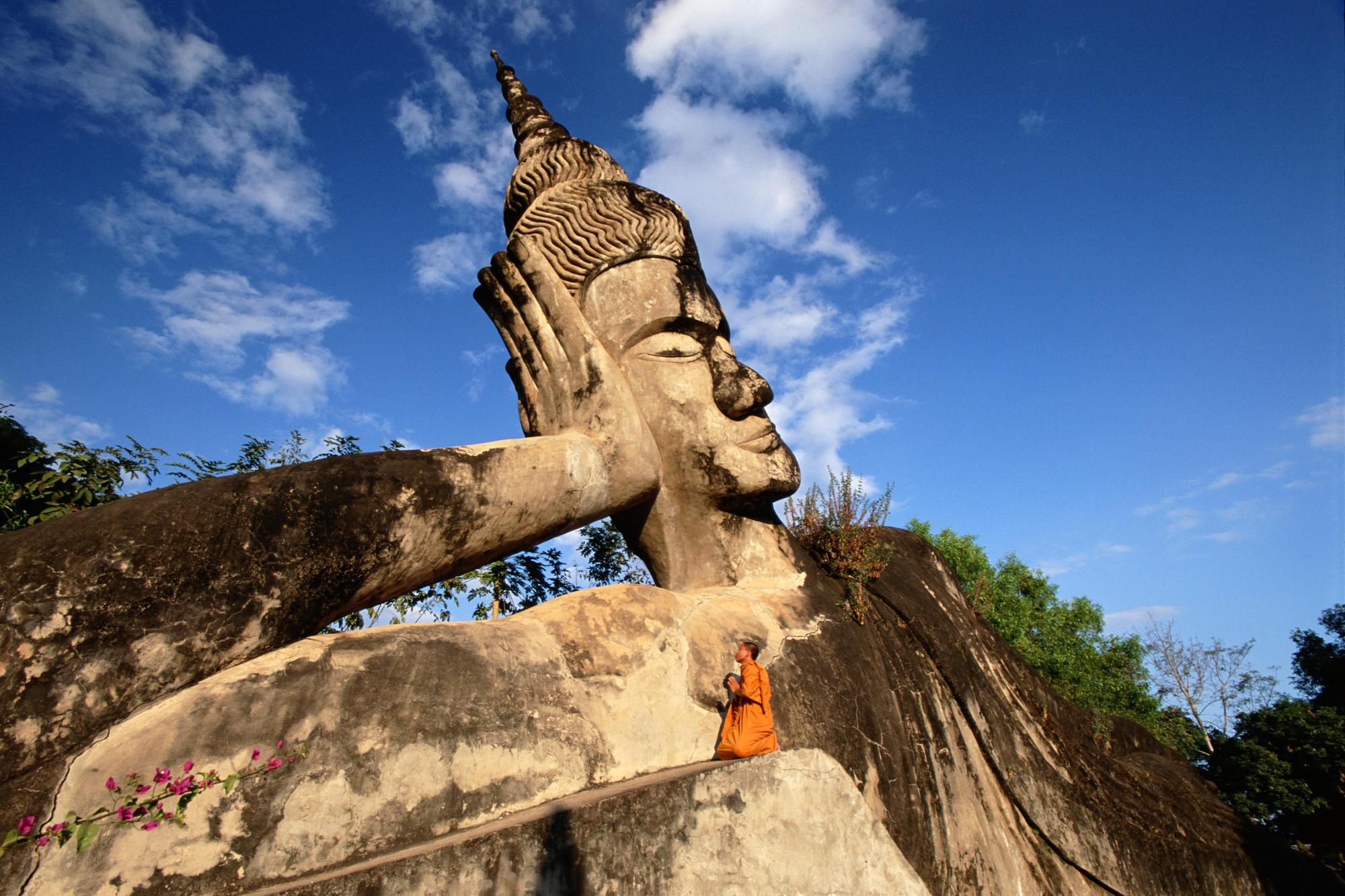 Foto Estatua Budista