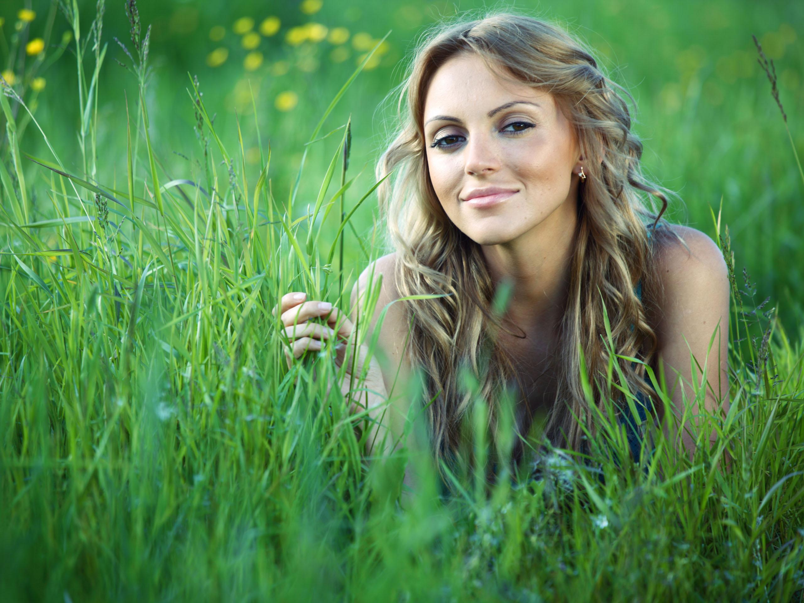 Foto Chica Guapa Acostada en la Hierba