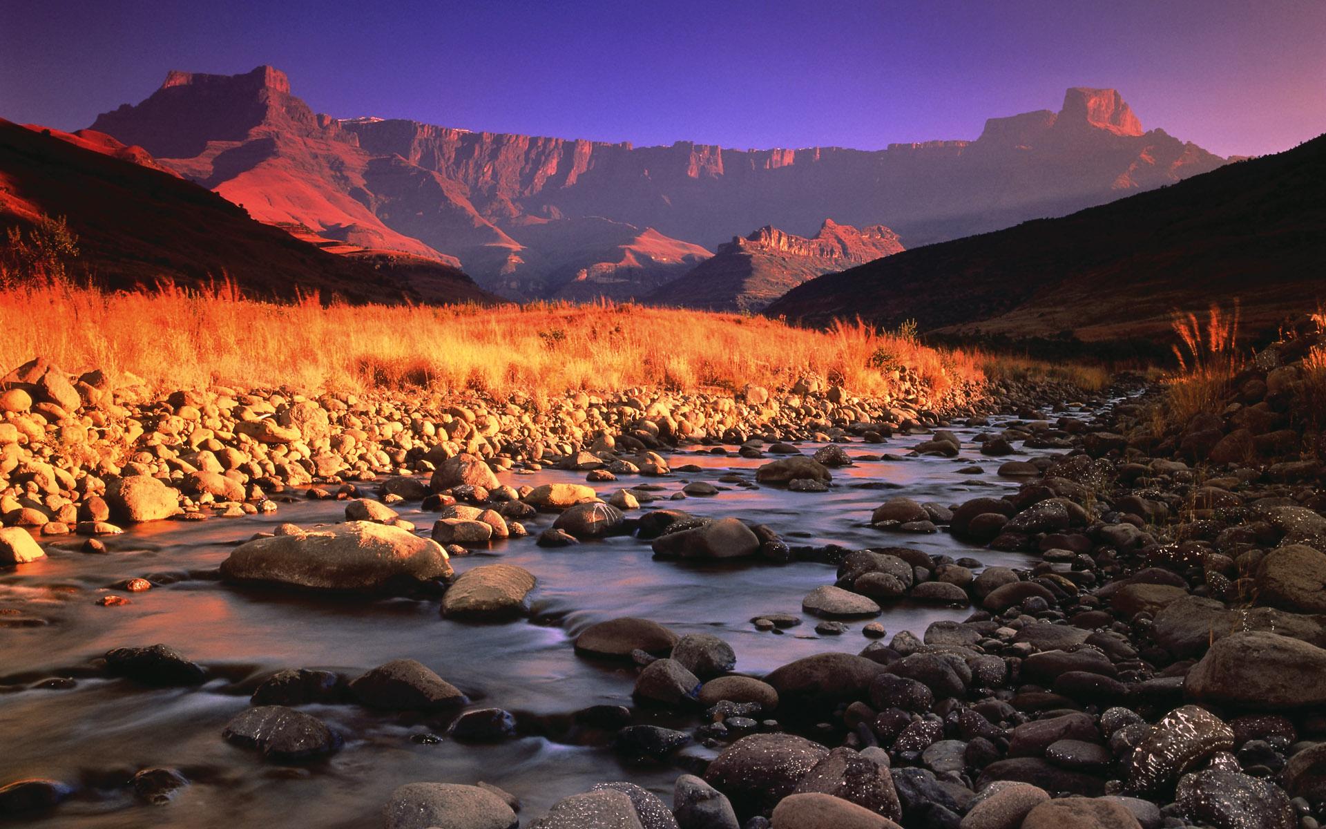 Foto Montaña y Riachuelo